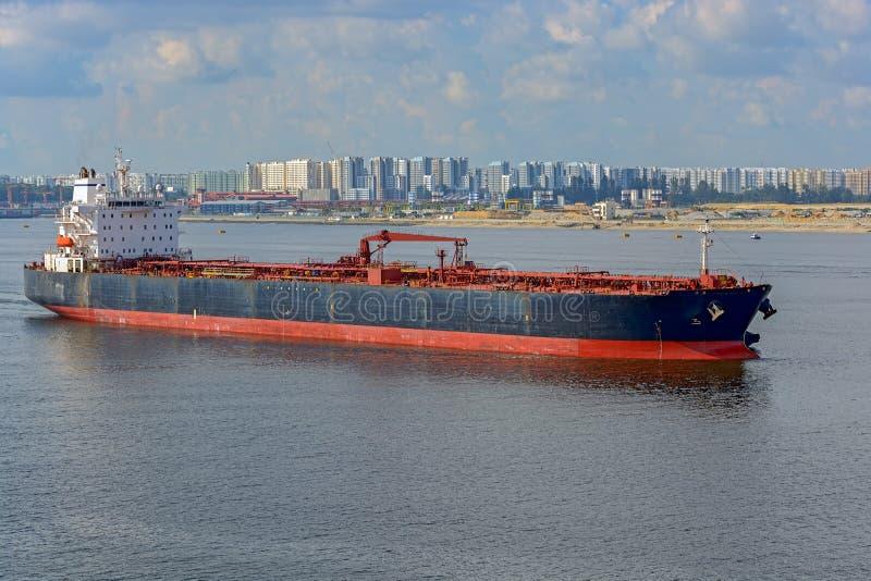 Tankfartyg för olje- produkter i den Johor kanalen royaltyfri fotografi
