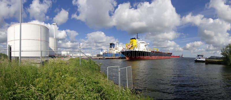Tankfartyg i den amsterdam hamnen arkivfoton