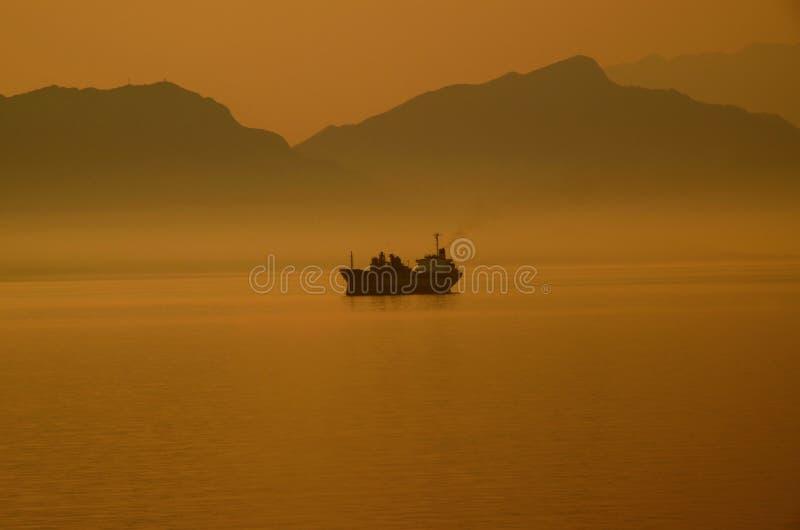 Tankfartyg i dimma på kanalen av Gibraltar arkivfoton