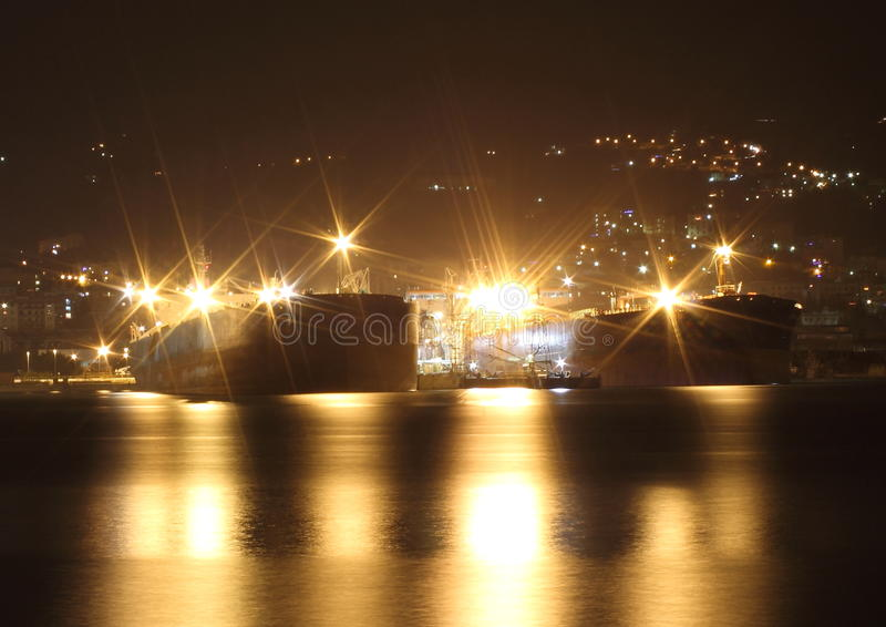 Tankfartyg i natten royaltyfria bilder