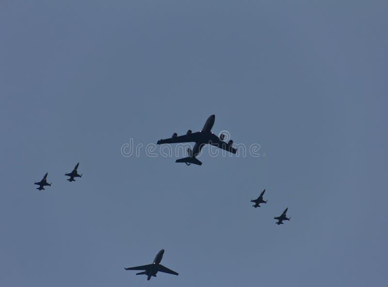 Tankfartyg KC-135 i bildande med F16 arkivbilder