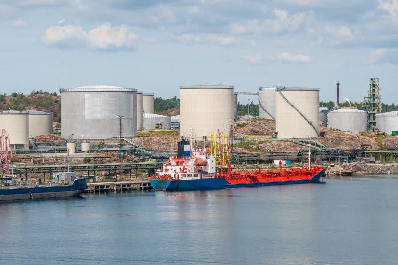 Tankfartyg med olje- lagring fotografering för bildbyråer