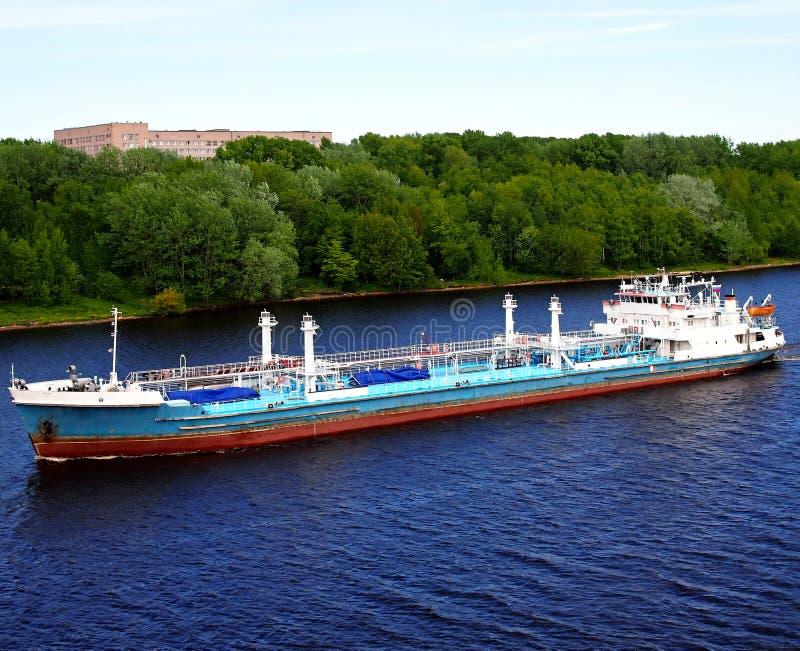 Tankfartyg på floden arkivbilder