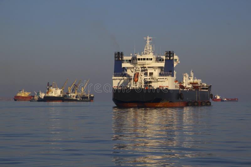 Tankfartyg på sjögångarna royaltyfri foto