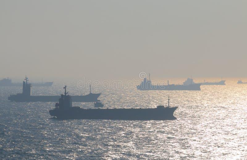 Tankfartyg seglar av kusten av Kaohsiung Taiwan royaltyfria bilder