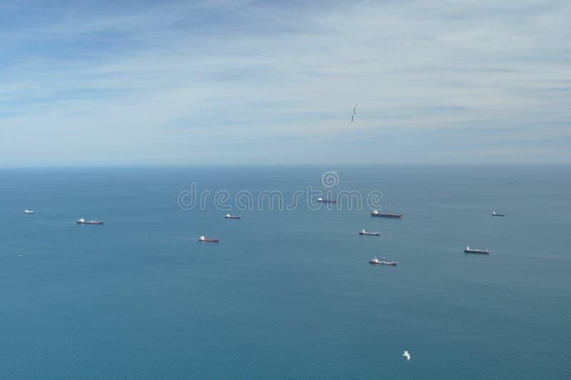 Tankfartyg som väntar på havet, innan att skriva in porten av Gibraltar arkivbild