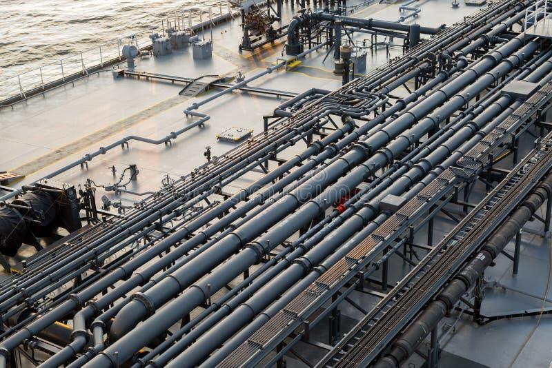 Tankfartyglastdäck med rörledningen - bakgrund arkivfoto