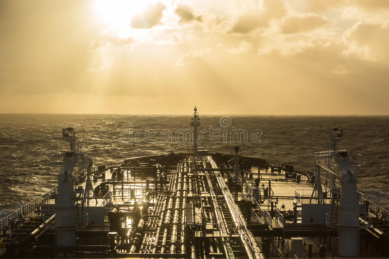 Tankfartygpilbåge under solnedgång royaltyfri foto