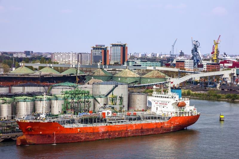 Tankfartygportterminal och lastfartyg, Rotterdam, Nederländerna royaltyfri bild