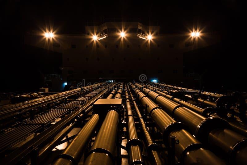 Tankfartygrörledning och överbyggnad på natten royaltyfri fotografi