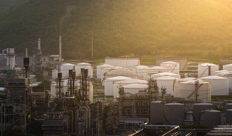 Tanklandbouwbedrijf in olieraffinaderij voor de berg royalty-vrije stock foto's