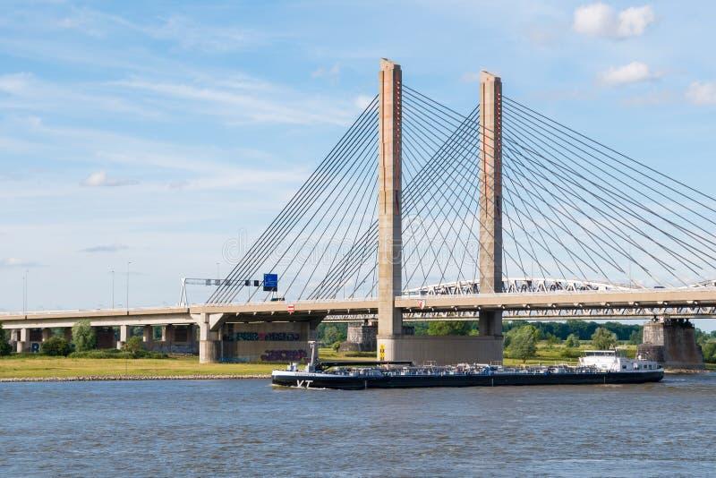 Tankowiec i Martinus Nijhoff most, Waal rzeka blisko Zaltbommel, obraz royalty free