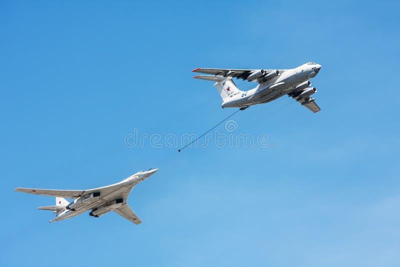 Tankowiec Il-78 i strategiczna platforma Tu-160 bombowiec i pociska zdjęcia stock