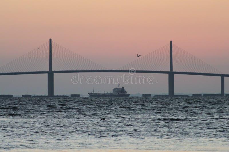 Tankowiec pod Światła słonecznego Skyway Mostem zdjęcie royalty free