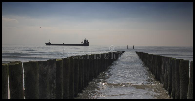 Tankowiec przechodzi brzeg Zeeland holandie obraz stock