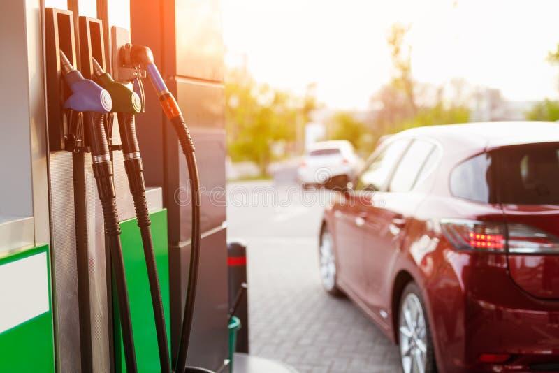 Tanksäule und Auto auf Tankstelle lizenzfreies stockfoto