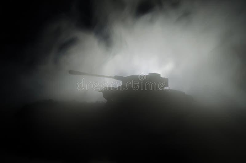 Tanks in de conflictstreek De oorlog in het platteland Tanksilhouet bij nacht Slagscène royalty-vrije stock afbeeldingen