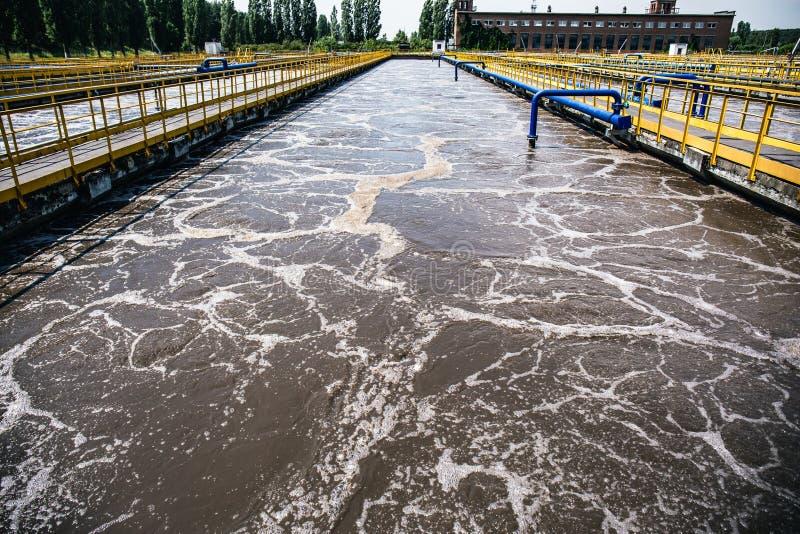 Tanks of reservoirs voor verluchting en reiniging of reinigende rioleringsvloeistof met modder in moderne afvalwaterzuiveringsins stock afbeelding