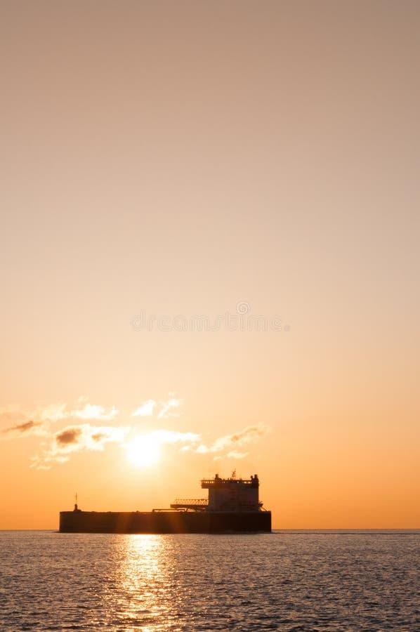 Tankschepen bij zonsopgang royalty-vrije stock fotografie
