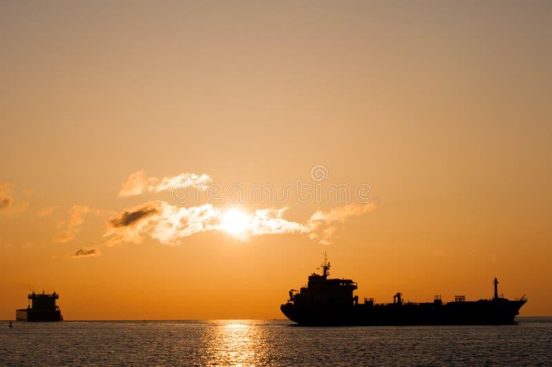 Tankschepen bij zonsopgang stock afbeeldingen