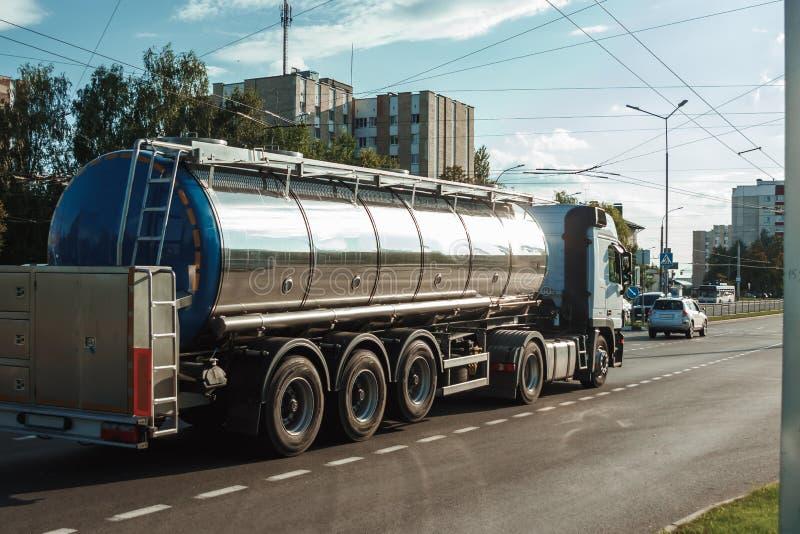 Tankschiffe für Kraftfahrzeuge, die Kraftstoff verschiffen lizenzfreie stockfotos