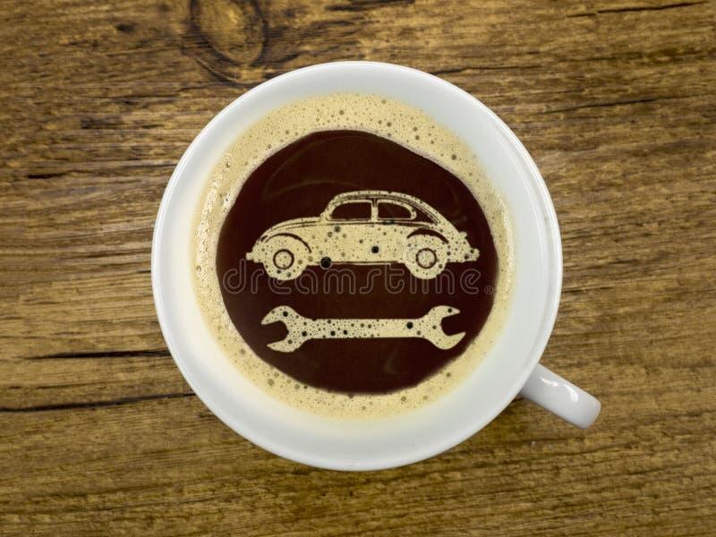 Tankstelle bietet Kaffee an lizenzfreie stockbilder