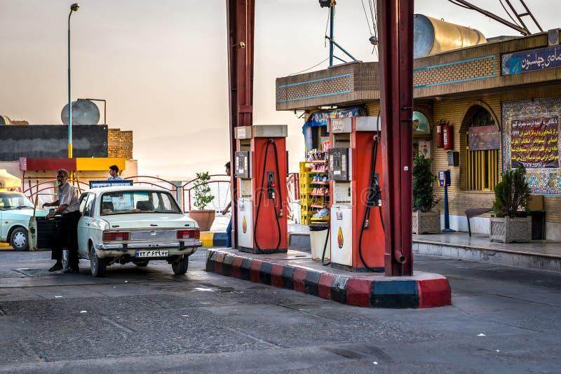 TANKSTELLE IM IRAN stockbilder