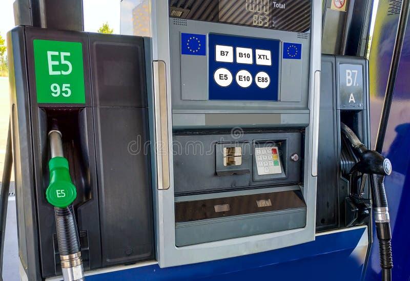 Tankstelle mit dem Brennstoff der Europäischen Gemeinschaft, der auf Schirm beschriftet stockfoto