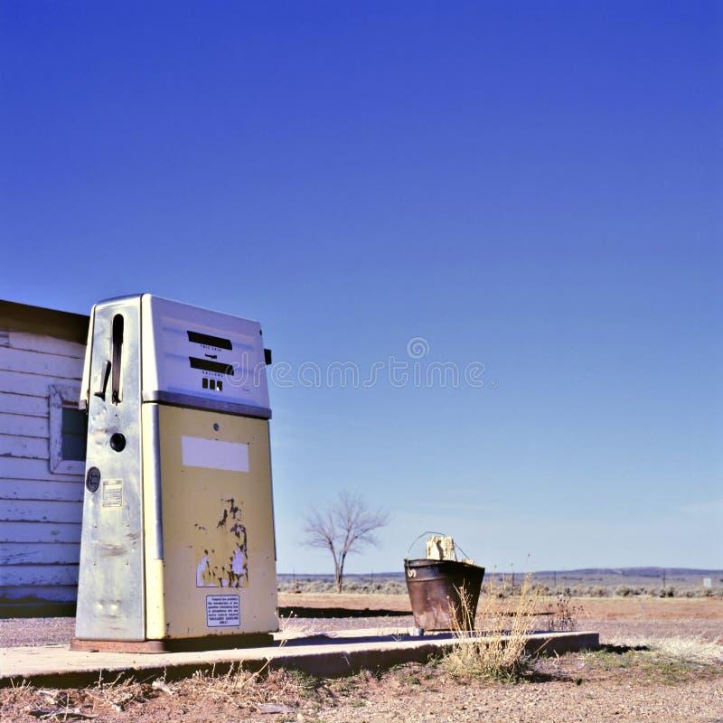 Tankstelle am Rand einer Geisterstadt stockfotos