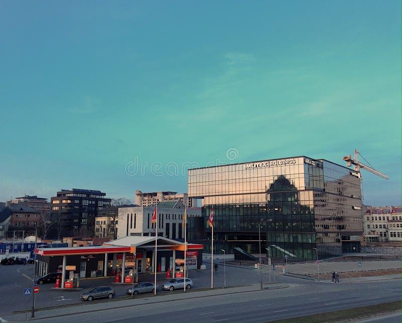 Tankstelle und Geschäftszentrum stockfotos