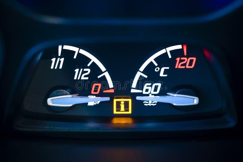 Tankuje, gaz i silnika coolant temperatury wymiernik w samochodzie. zdjęcia stock