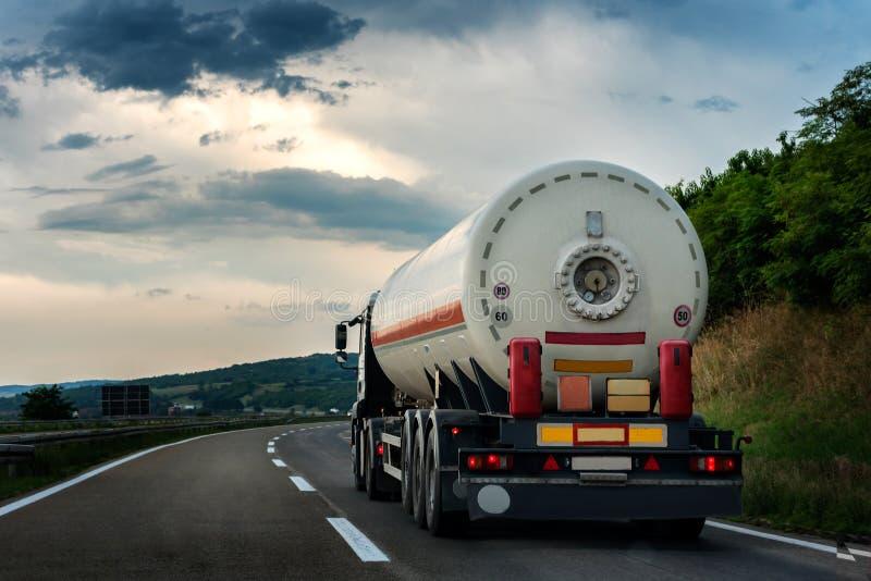 Tankwagen auf einer Landstraße oder einer Autobahn lizenzfreies stockfoto