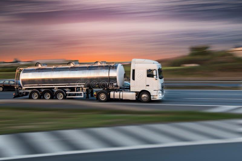 Tankwagen op weg, het concept van het ladingsvervoer royalty-vrije stock foto's