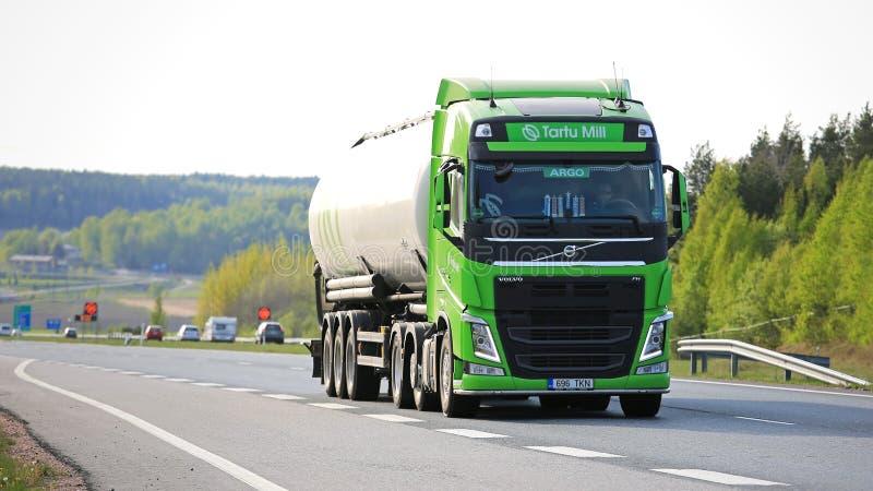 Tankwagen van kalk de Groene Volvo FH op Snelweg stock fotografie