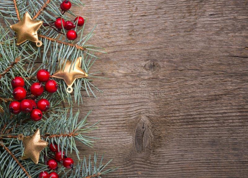 Tannenzweig mit Weihnachtsdekorationen auf altem hölzernem Hintergrund mit Kopienraum für Text lizenzfreie stockfotografie