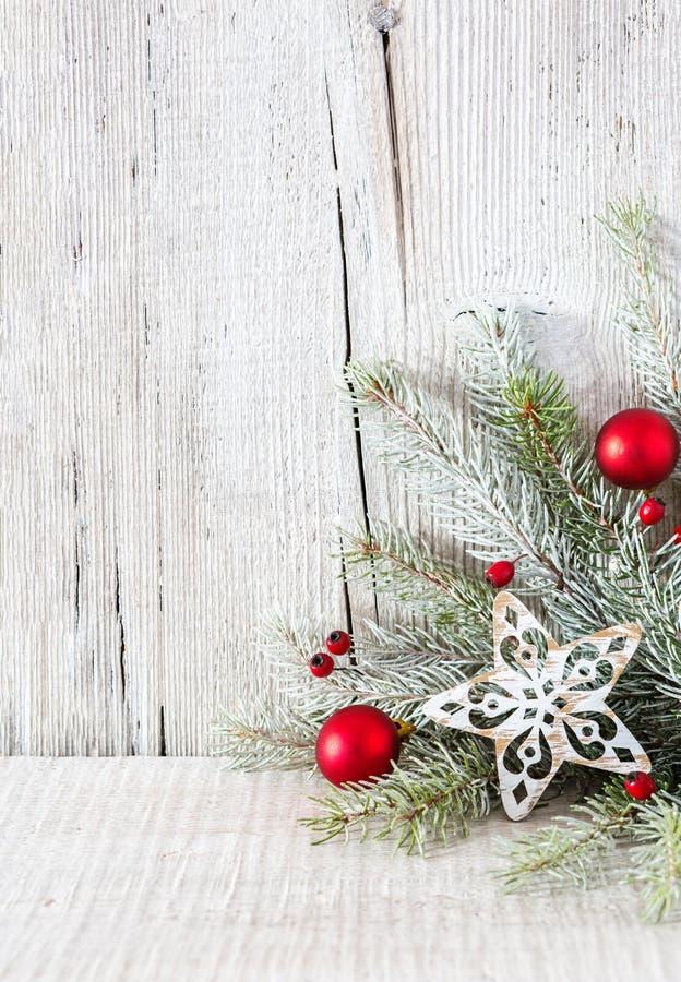 Tannenzweig mit Weihnachtsdekorationen auf weißem rustikalem hölzernem Hintergrund mit Kopienraum für Text lizenzfreies stockbild