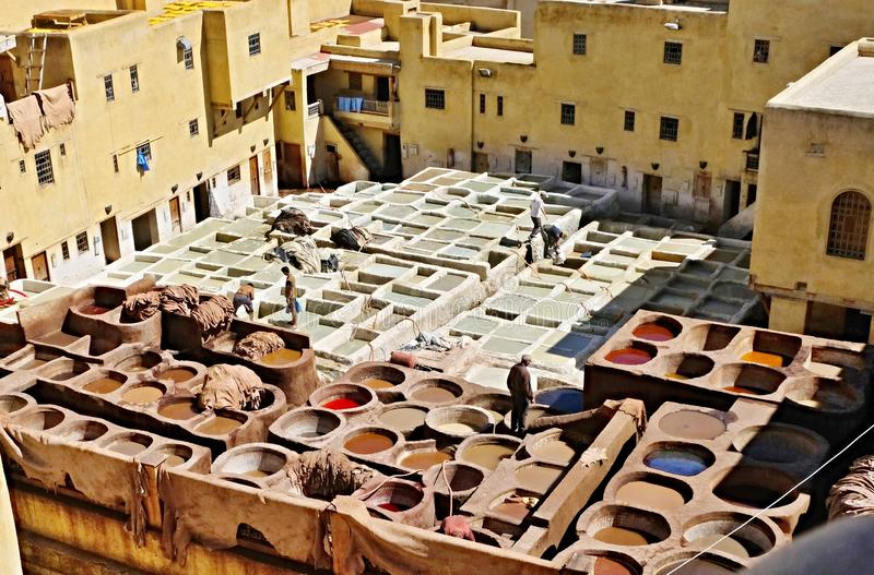 Tannerie de vieux r?servoirs de Fes avec la peinture de couleur pour le cuir Le Maroc Afrique Oriental, fantaisie photographie stock