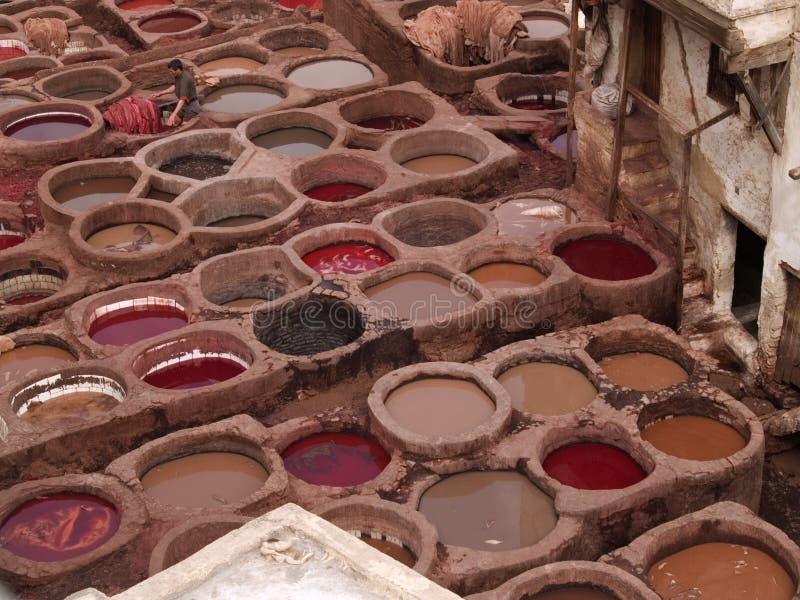 Tannery de couro em fez, Marrocos imagem de stock