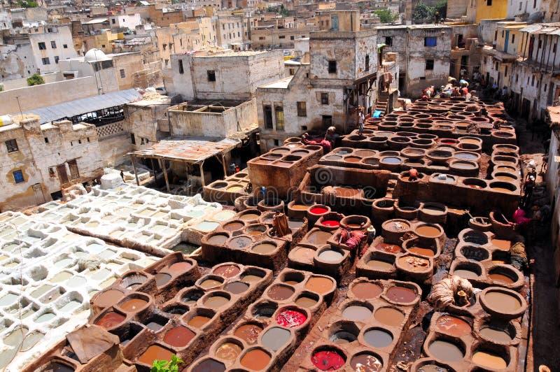 Tanning de couro em Fez - Marrocos imagem de stock
