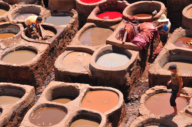 Tanning de couro em Fez, Marrocos imagens de stock