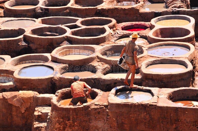Tanning de couro em Fez, Marrocos fotografia de stock
