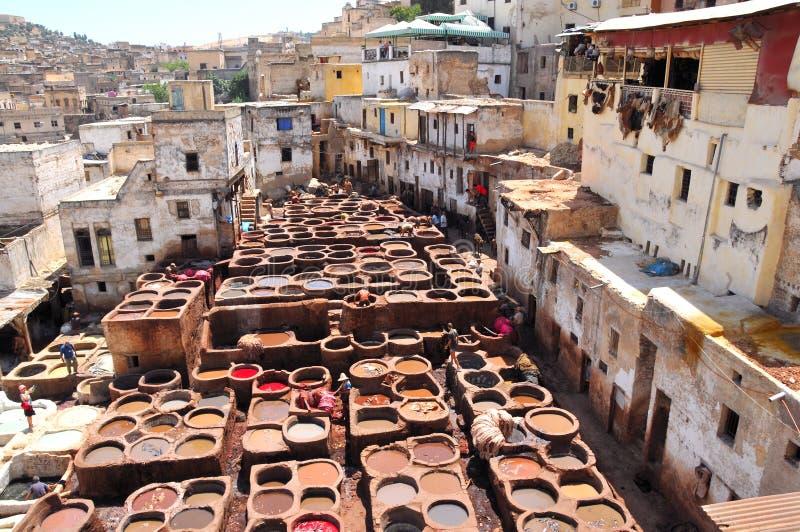 Tanning de couro em Fez, Marrocos foto de stock