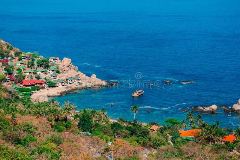 Tannot zatoka na Koh Tao wyspie Skały na brzeg tropikalny las z kokosowymi drzewami Bungalow na plaży zdjęcia stock