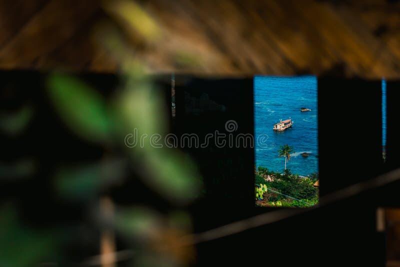 Tannot zatoka na Koh Tao wyspie Widok od bungalowu okno na wierzchołku góra zdjęcie royalty free