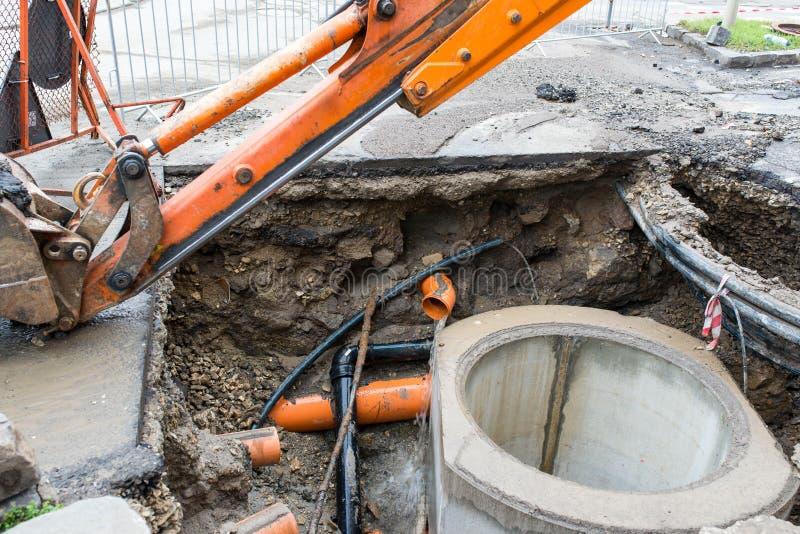 Tanque concreto de construção da água de esgoto, tubulações alaranjadas da calha da água de fluxo imagens de stock