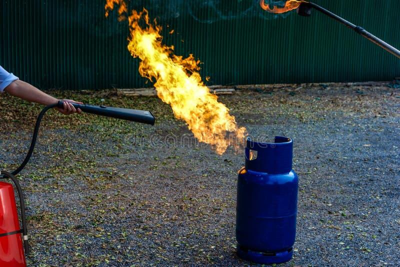 tanque da proteção contra incêndios na prática da fábrica uma broca de fogo miliampère exterior imagens de stock