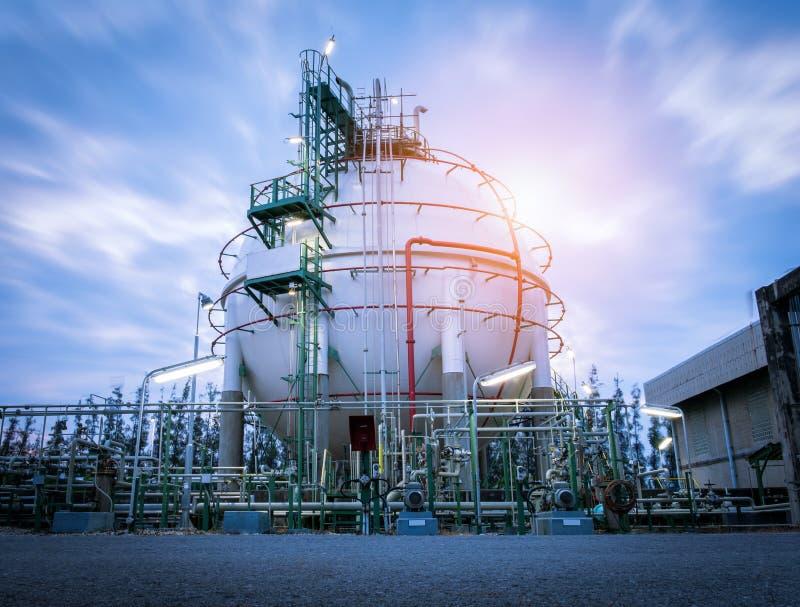 Tanque das esferas do armazenamento de gás na planta de refinaria de petróleo no nascer do sol do céu fotografia de stock royalty free