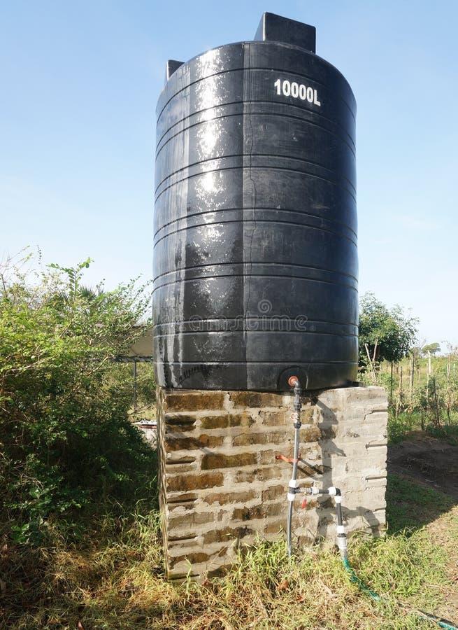 Tanque de água em Tanzânia, África fotografia de stock