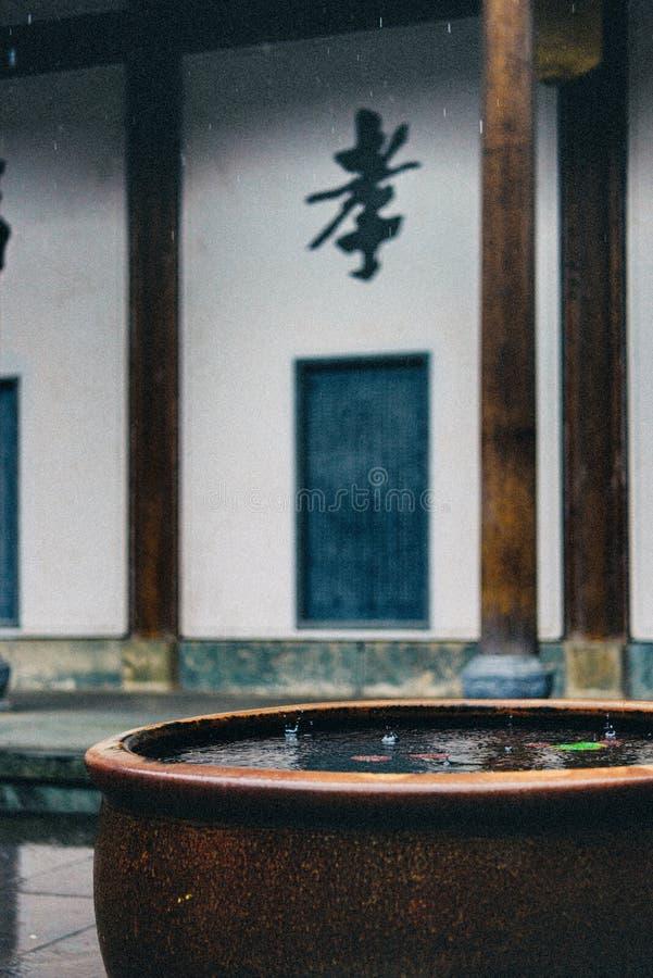 Tanque de água na chuva fotos de stock royalty free