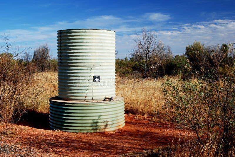 Tanque de água no deserto australiano fotos de stock